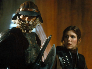 """Tobias Beckett w scenie na Kessel miał dokładnie ten sam hełm, co Lando w """"Powrocie Jedi"""" w pałacu Jabby"""