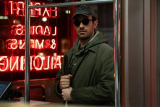 3. sezon pokazuje, że Matt mierzy 178 cm - oficjalny przewodnik po Marvelu informuje nas, że w komiksach był on nieco wyższy i mierzył ok. 182 cm