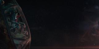 Tony wydaje się być kompletnie pogodzony ze zbliżającą się śmiercią; w tym ujęciu zwraca uwagę widoczna z prawej strony mgławica - według niektórych spekulacji miałaby ona być portalem, który umożliwi Starkowi szybsze dostanie się na Ziemię