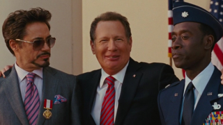 """Senator Stern przypinając Tony'emu odznaczenie pozwala sobie na uwagę o """"małym chu..."""""""
