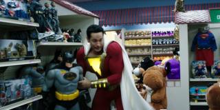 W zwiastunie widzimy Shazama w sklepie z zabawkami, w którym znajdują się figurki członków Ligi Sprawiedliwości; co ciekawe, każdy z tych przedmiotów znajduje się w ofercie handlowej DC i Warner Bros. - kilka z nich będziemy mogli nabyć już po premierze filmu
