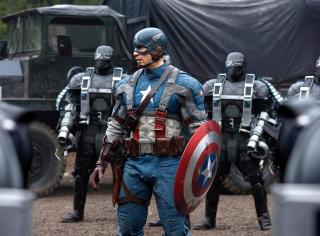 """1943-1945: Rozgrywają się wydarzenia ukazane w filmie """"Captain America: Pierwsze starcie"""". Steve Rogers otrzymuje serum, zostając Kapitanem Ameryką. Wraz z grupą Howling Commandos walczy z Hyrdą. Wszystko wskazuje na to, że Bucky Barnes ponosi śmierć, a Red Skull znika przy pomocy Kamienia Przestrzeni. Steve poświęca się, zostając na kilka dekad uwięziony w pokrywie lodowej."""