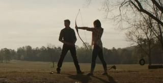 """W scenie otwierającej Hawkeye szkoli w strzelaniu z łuku swoją córkę, Lilę Barton. W jej rolę wcieliła się Ava Russo, córka jednego z reżyserów, Joe. Inna z jego córek, Sophia, zagrała już w filmie """"Kapitan Ameryka: Wojna bohaterów""""."""