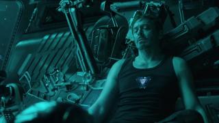 """Na statku Benatar Tony ma na sobie tę samą koszulkę, którą nosił w jaskini w filmie """"Iron Man""""."""