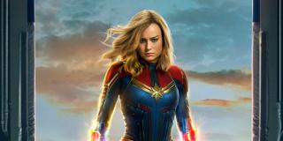 """1995: Rozgrywają się wydarzenia ukazane w filmie """"Kapitan Marvel"""". Carol Danvers odkrywa prawdę o swojej przeszłości. Powstrzymuje atak Oskarżycieli na naszą planetę i decyduje się pomóc Skrullom w odnalezieniu swojego domu. Nick Fury zainspirowany przez Danvers powołuje do życia Inicjatywę Avengers."""