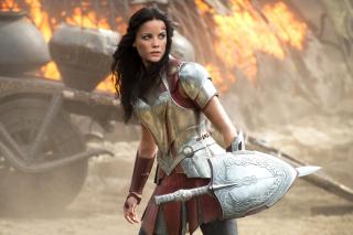 """Thor mówi swojej matce, że jego oko ucierpiało w bitwie o Harokin. To samo starcie w filmie """"Thor: Mroczny świat"""" wspomina Lady Sif."""