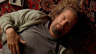 """W siedzibie Avengers Tony określa Thora mianem """"Lebowskiego"""" – to nawiązanie do filmu """"Big Lebowski"""". Przypomnijmy, że w rolę Kolesia wcielił się w nim Jeff Bridges, który w pierwszym """"Iron Manie"""" pojawił się na ekranie jako złoczyńca Obadiah Stane aka Iron Monger."""