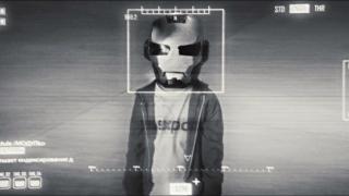 """Morgan wyciąga hełm Iron Mana – jest on podobny do tego, który nosił uratowany przez Tony'ego chłopiec w produkcji """"Iron Man 2"""" (w ramach retconu wyjawiono, że był to Peter Parker)."""