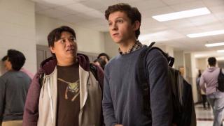 """Jedna z końcowych scen produkcji """"Avengers: Koniec gry"""", w której Peter wraca po wymazaniu do liceum, jest jednocześnie sekwencją otwierającą film """"Spider-Man: Daleko od domu""""."""
