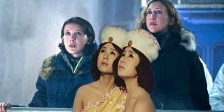 """W filmach wytwórni Toho Mothra była przyzywana śpiewem tajemniczych bliźniaczek, nazywanych też niekiedy """"małymi pięknościami"""". W najnowszej produkcji także poznajemy bliźniaczki – pracujące dla organizacji Monarch Ling i Ilene Chen."""