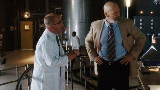 Jednym ze współpracowników Mysterio jest William Ginter Riva, który besztany przez Obadiah Stane'a nie był w stanie odtworzyć reaktora łukowego Starka. Postać tę znamy już z filmu Iron Man – tym razem w jej rolę znów wcielił się Peter Billingsley. Warto też zauważyć, że to właśnie Riva okazał się tym, który przesłał do Daily Bugle wideo ujawniające prawdziwą tożsamość Spider-Mana.