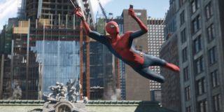 """Parker przemieszcza się również na tle Avengers Tower – ta ma najprawdopodobniej nowego właściciela. Napis przed budynkiem głosi bowiem: """"Nie możemy się doczekać, by powiedzieć wam, co dalej… 1, 2, 3, ?"""". Niektórzy fani biorą to za odwołanie do 4. fazy MCU, inni zaś za nawiązanie do komiksowej Fantastycznej Czwórki. Warto też zauważyć, że przed Avengers Tower znajduje się tajemniczy pomnik z czterema postaciami."""