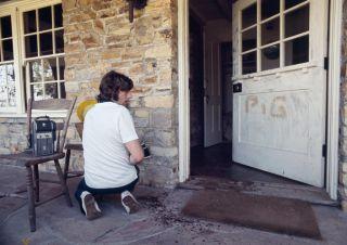 Roman Polański przed swoim domem tuż po śmierci Sharon Tate