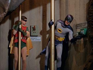 Gdy Fleck przychodzi przed bramę posiadłości Wayne'ów, Bruce wychodzi mu naprzeciw – najpierw zjeżdża ze znajdującego się w ogrodzie bosaka; w serialu Batman z lat 60. Mroczny Rycerz i Robin wykorzystywali podobny bosak