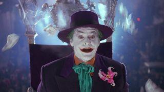 Gdy Arthur Fleck przygotowuje się do telewizyjnego występu, na ścianie garderoby widoczny jest plakat Murraya Franklina – został on zaprojektowany w takim stylu, by budzić skojarzenia z wizerunkiem Jokera w wersji Jacka Nicholsona.