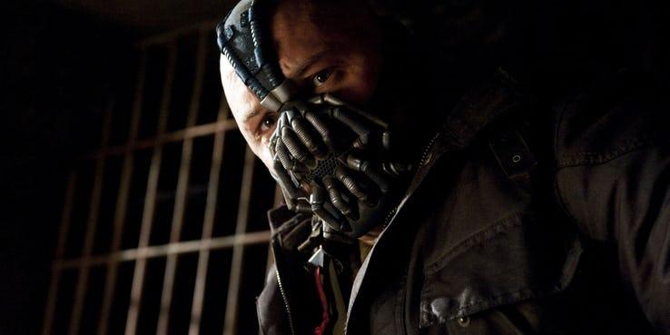 Mroczny Rycerz powstaje - maska Bane'a z filmu hitem w czasie pandemii