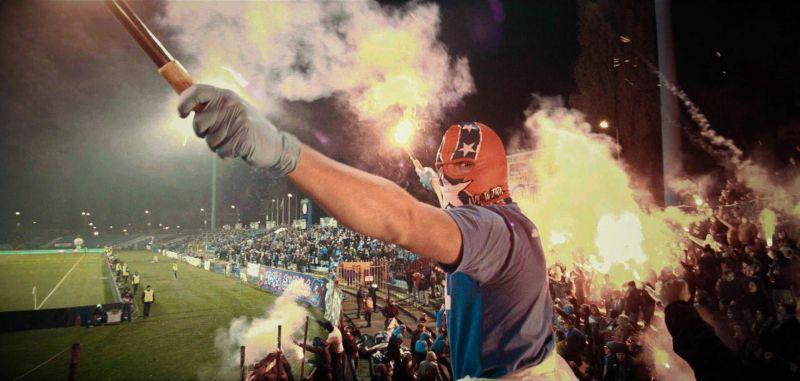 Niebieskie Chachary - nagradzany na festiwalach film o kibicach dostępny online. Gdzie można go obejrzeć?