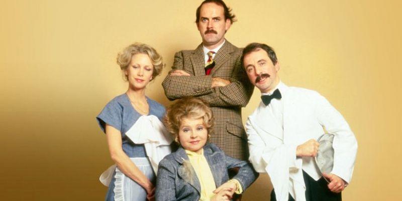 Hotel Zacisze - BBC usuwa odcinek z powodów rasistowskich. John Cleese dosadnie komentuje