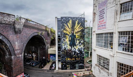 Prawie 20-metrowy Adam Jensen promuje Deus Ex: Mankind Divided