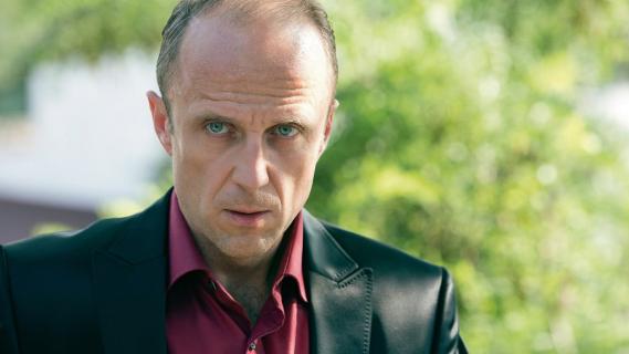 Ten zawód jest narkotykiem – wywiad z Łukaszem Simlatem, grającym w serialu Belfer