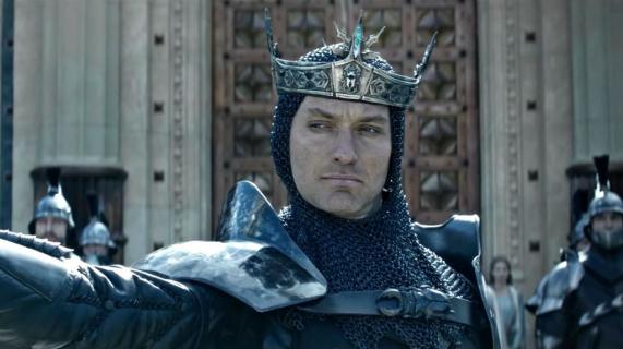 Jude Law na nowym plakacie filmu Król Artur: Legenda Miecza