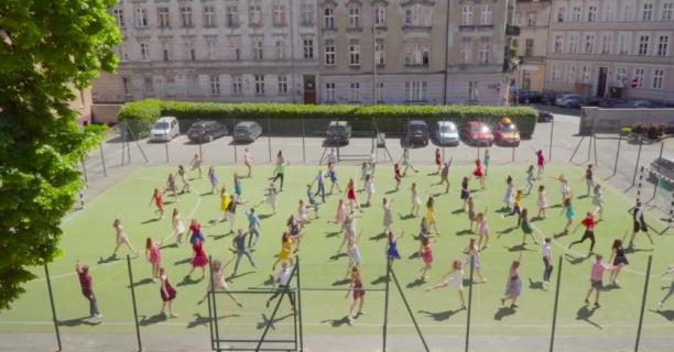 Licealiści z Poznania odtworzyli scenę z La La Land. Zobacz wideo
