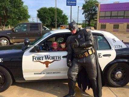 Ten scenariusz napisało życie: policjant w stroju Batmana zatrzymał złodzieja