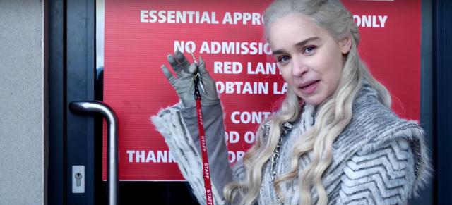 Emilia Clarke oprowadza po planie 8. sezonu Gry o tron. Zobacz komiczne wideo