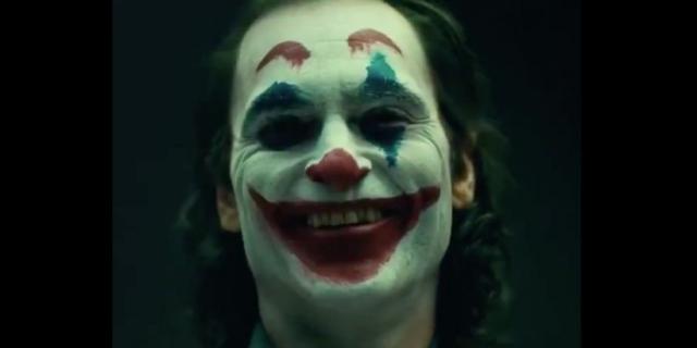 Joaquin Phoenix jako Joker w pełnej okazałości. Zdjęcia z planu