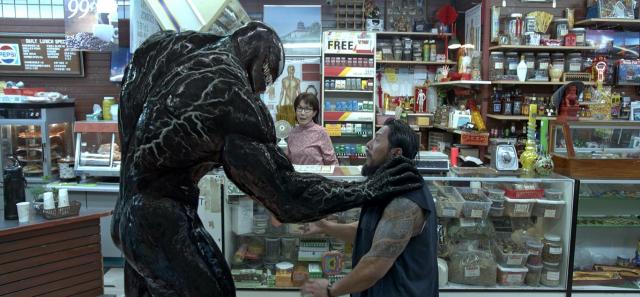 Venom odgryza głowę przeciwnika we fragmencie. Co z tą kategorią wiekową?