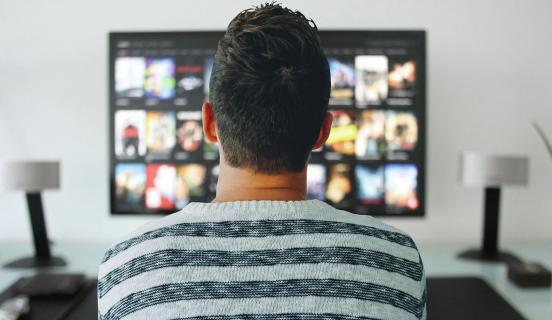 Przeszło połowa Polaków ogląda seriale w sieci. Po jakie produkcje sięgamy najczęściej?