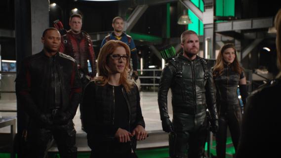 Arrow - Oliver i jego sojusznicy na zdjęciu z 8. sezonu serialu