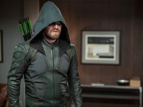 Arrow - po śmierci [SPOILER] miał pojawić się Batman. A raczej... jego buty