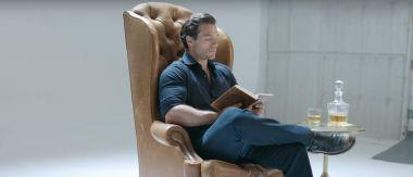Henry Cavill czyta Wiedźmina. Tak promuje się serial oparty na książce [WIDEO]