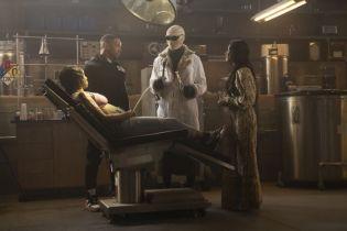 Doom Patrol: sezon 2 - bohaterowie na zdjęciach z 7. odcinka