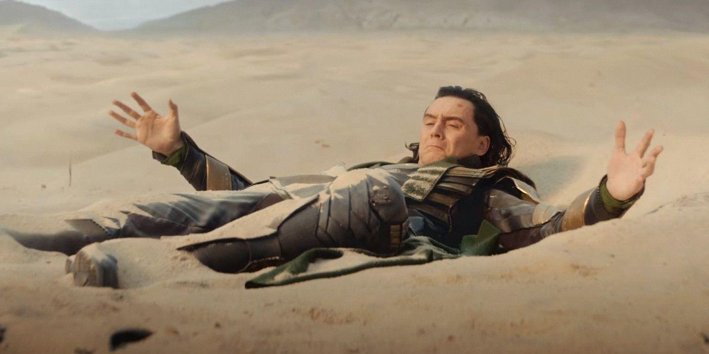 """Zwiastun rozpoczyna się od sceny z filmu """"Avengers: Koniec gry"""" – Loki kradnie Tesserakt, otwierając za jego pomocą tunel czasoprzestrzenny. W tym miejscu trzeba zwrócić uwagę, że status Kamieni Nieskończoności w MCU jest w chwili obecnej niejasny. Pstryknięcie Thanosa zredukowało je do wielkości atomów, natomiast kolejne działania Mściciele przeprowadzali już z artefaktami """"pożyczonymi"""" z wcześniejszych linii czasowych. Odkładający je na właściwe miejsce Kapitan Ameryka nie mógł więc wiedzieć, dokąd z Kamieniem udał się Loki. Zwróćmy uwagę, że antybohater, lądując na pustyni, nie trzyma w swojej dłoni Tesseraktu – ten albo musiał zniknąć po jego użyciu, albo w międzyczasie Loki przeżywał także inne przygody, w trakcie których stracił przedmiot."""