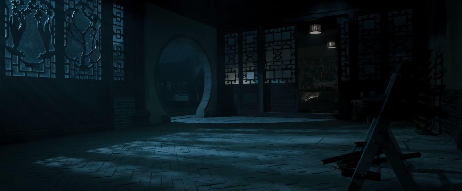 W początkowym ujęciu zwiastuna pojawia się pomieszczenie, w którym na oknach znajdują się symbole pierścieni. Jest ich 10; to nawiązanie zarówno do komiksowej organizacji Dziesięć Pierścieni, jak i artefaktu o tej samej nazwie.